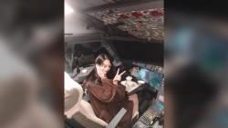./assets/uploads/news/2019/11/05/cinde-sernisin-qiza-pilot-kabinesinde-selfi-cekmeye-icaze-veren-ekipaj-uzvu-sert-cezalandirilib.jpg