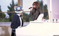 Xalq artisti Röya Ayxan Bakutel-2019 sərgisində italiyalı robotla birgə mahnı oxuyub